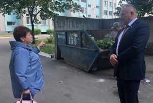 Депутат Госдумы взял на контроль вопрос вывоза мусора из брянского двора