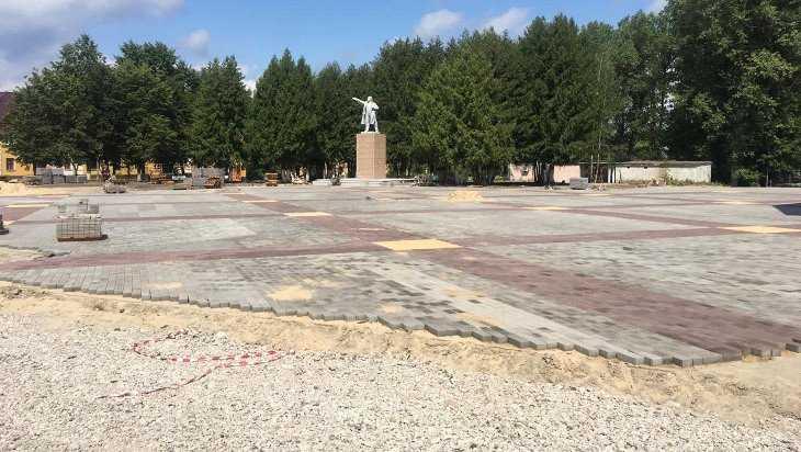 В Белых Берегах строителей заставили переложить тротуарную плитку