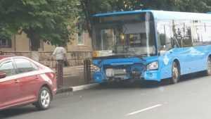 Возле площади Партизан в Брянске автобус врезался в легковушку