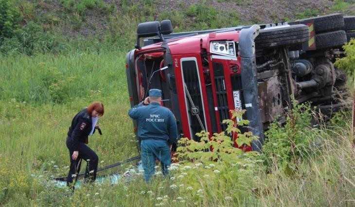 В Суземке грузовик врезался в легковушку и перевернулся