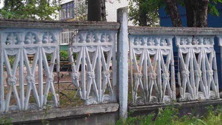 Жители Брянска пожаловались на опасный забор детсада «Воробушек»