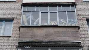 Жителей Брянска поразил балкон со огромным количеством пивных банок