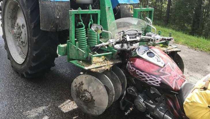 Под Навлей лихач на мотоцикле врезался в трактор и сломал ногу