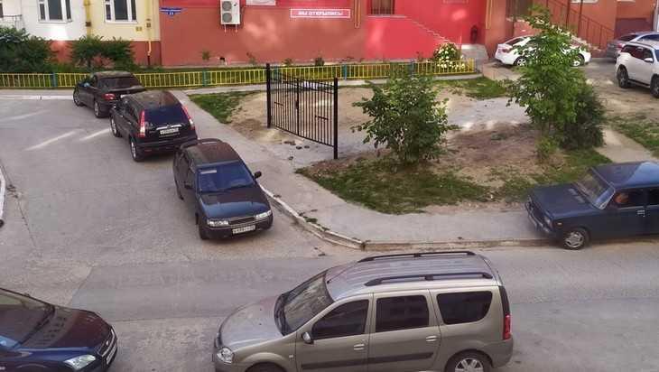 В Брянске установили ворота вместо детской площадки