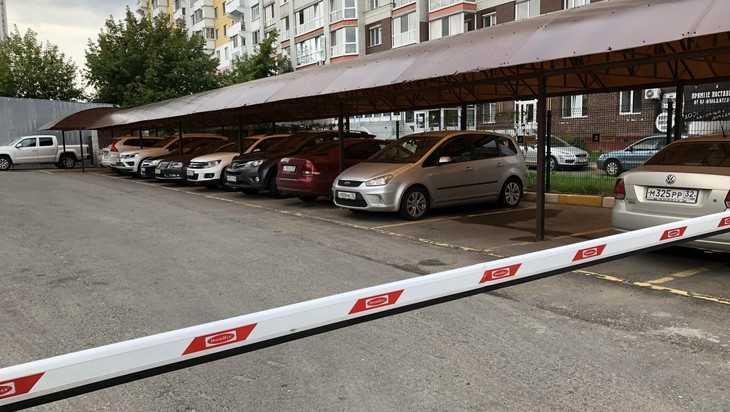 В Брянске стали открывать платные автомобильные стоянки с навесами