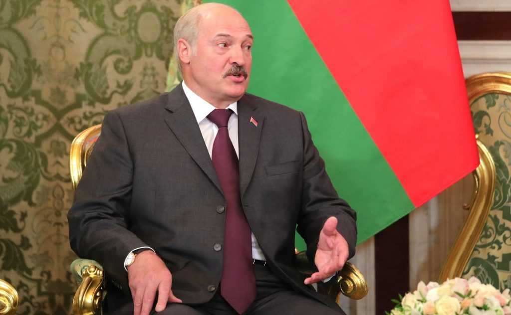 Лукашенко заправляет украинские танки белорусским топливом