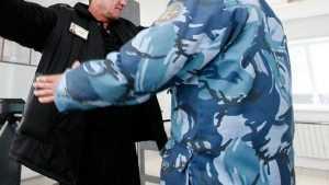 Прапорщика брасовской колонии осудили за взятки и наркотрафик