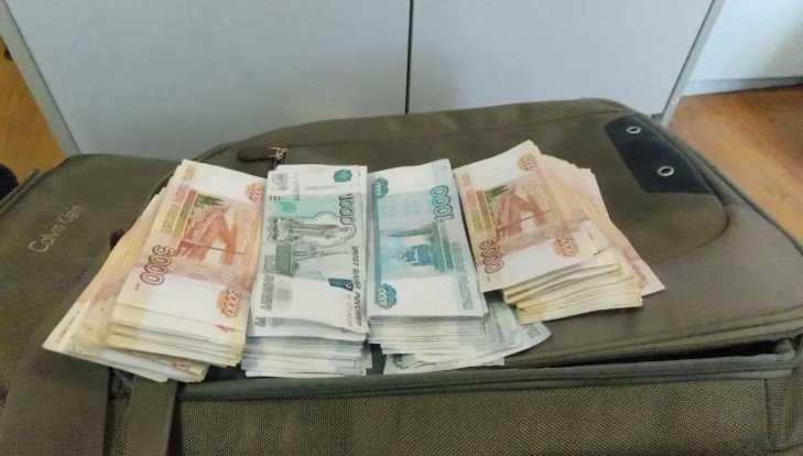 Брянские таможенники в холодильнике автобуса обнаружили 4 млн рублей