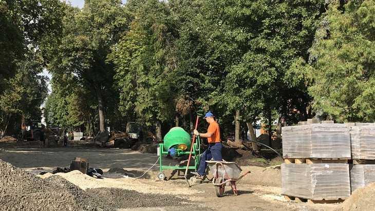 «Мы отдыхаем – работают только руки»: в Круглом сквере Брянска стало весело