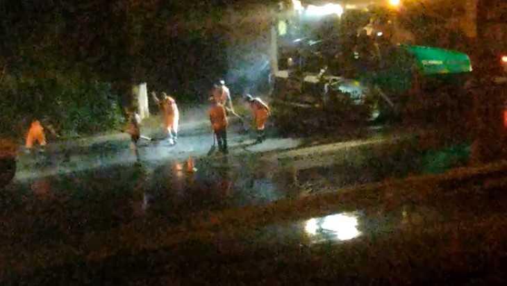 Жителей Брянска поссорило видео об укладке асфальта на мокрую дорогу