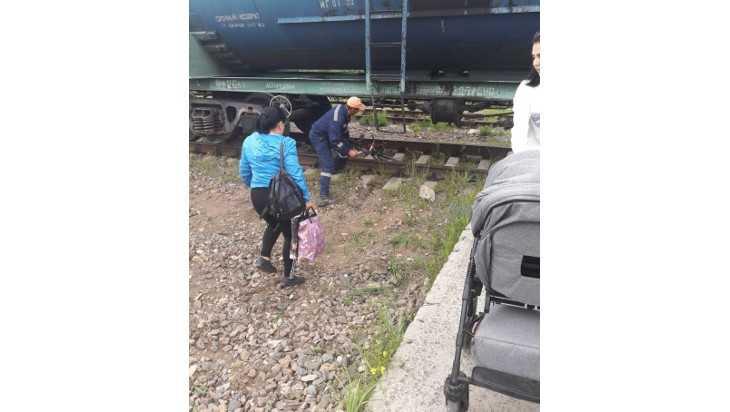 В Дятькове матерей с грудными детьми вынудили лезть под поезда