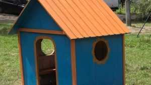 В Белых Берегах учитель построил теремок на детской площадке