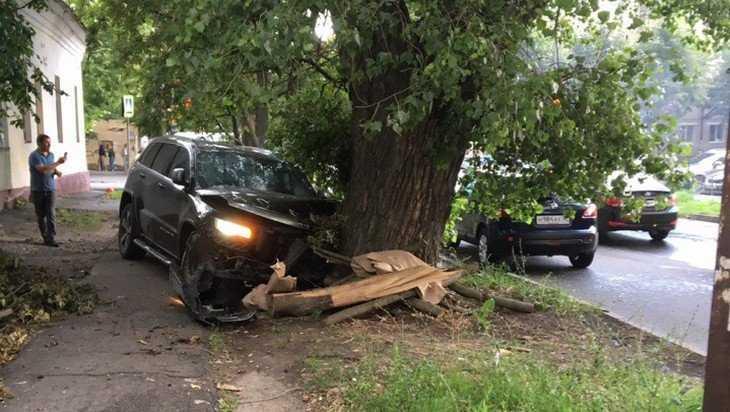 В страшную аварию попал в Брянске водитель автомобиля Jeep
