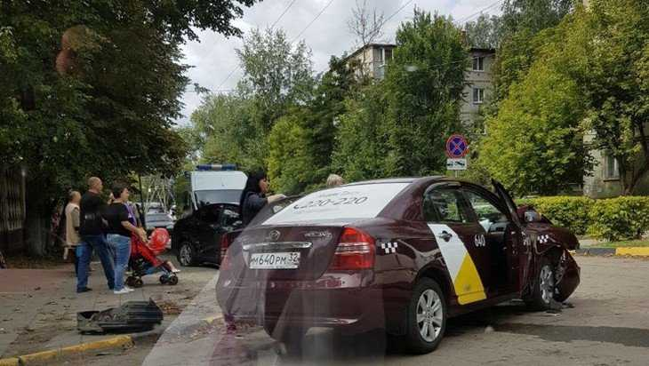 В Брянске в ДТП с «Яндекс. Такси» ранены два человека