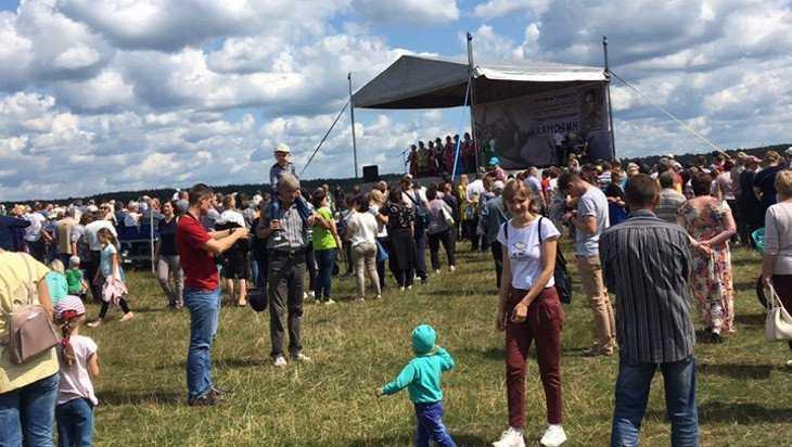 В Брянске в честь летчика Павла Камозина прошел авиационный праздник