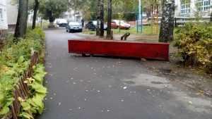 В Брянске жители Спартаковской улицы перекрыли двор для проезда машин