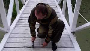 В Брянске удивительные люди починили мост и сделали качели