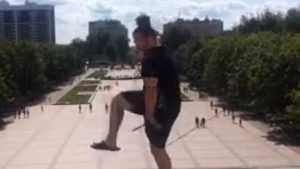 В Брянске на Кургане парень показал представление со скакалкой