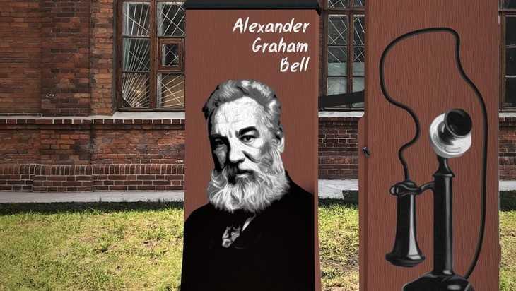 В Брянске на телефонном шкафу возле БГТУ нанесли портрет ученого Белла