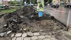 В Брянске на Авиационной для расширения дороги стали ломать тротуар
