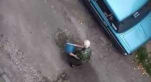 В Брянске бабушка отремонтировала дорогу во дворе многоэтажки