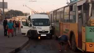 В Брянске возле «Линии» столкнулись троллейбус и маршрутка № 40