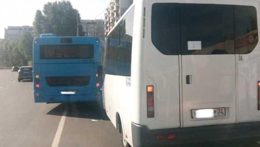 В Брянске автобус и маршрутка не поделили дорогу возле остановки