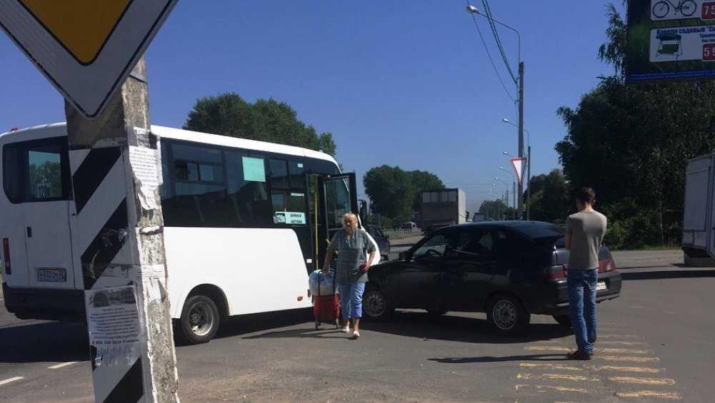 В Глинищеве легковой автомобиль врезался в маршрутку
