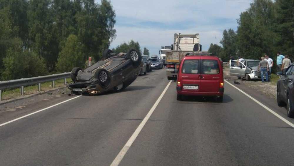 На киевской трассе перевернулся легковой автомобиль
