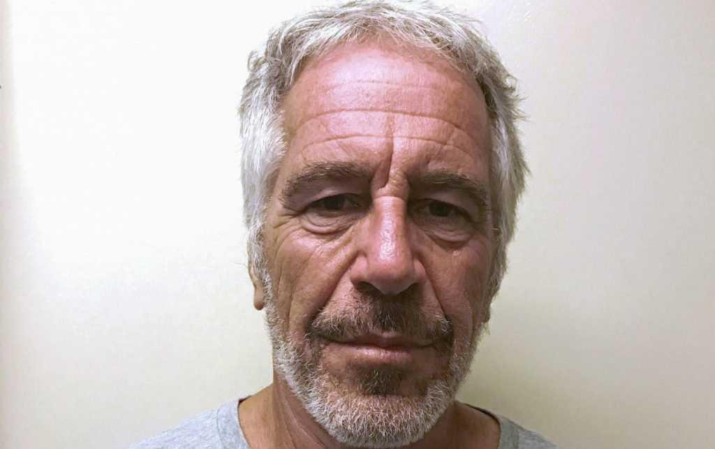 Кто убил в тюремной камере обвиненного в педофилии Джеффри Эпштейна?