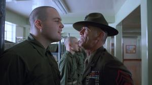 Брянский офицер вонзил солдату шариковую ручку в шею