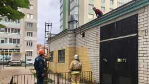 В Брянске пожарные помогли мальчику спуститься с крыши котельной