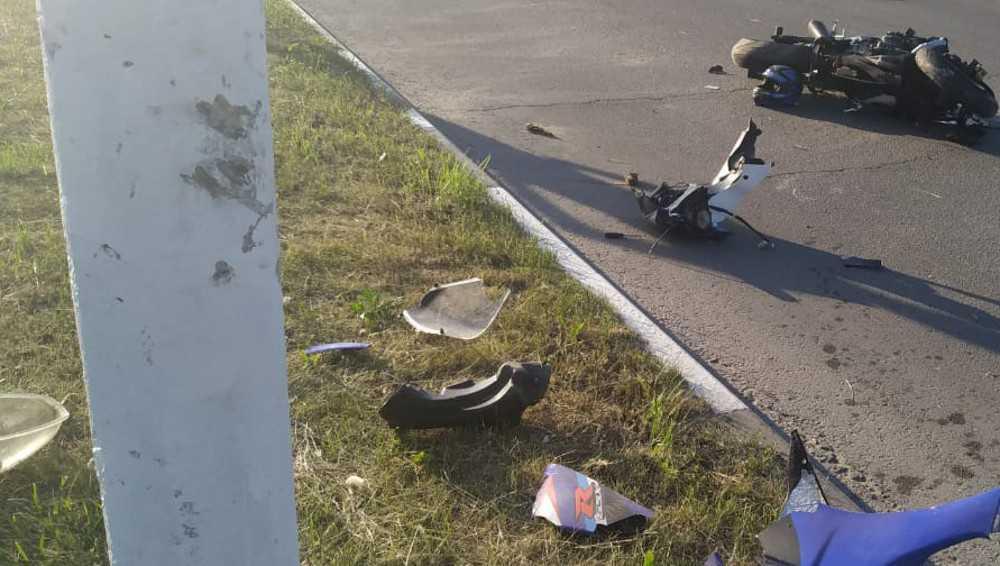 Под Брянском мотоциклист врезался в электроопору и сломал позвоночник