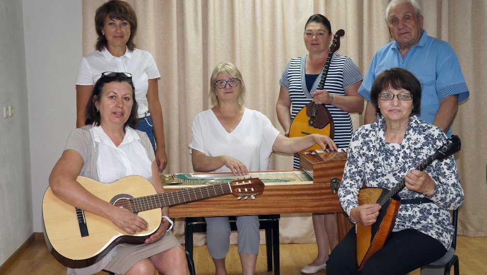 В Брянск прибыли новые гусли, гитара, балалайка и домра