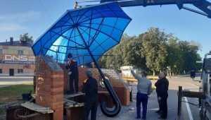 Брянской Жуковке подарили романтичную остановку с огромным зонтом