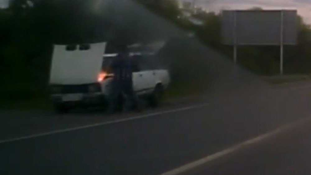 Неравнодушный брянец помог пенсионеру потушить горевшую машину