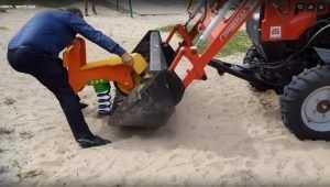 В Белых Берегах трактор поправил пружину-качалку на детской площадке