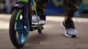 В Брянске 13-летний мальчик на самокате попал под легковушку