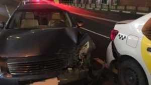 В центре Брянска при столкновении 3 иномарок пострадал пассажир такси