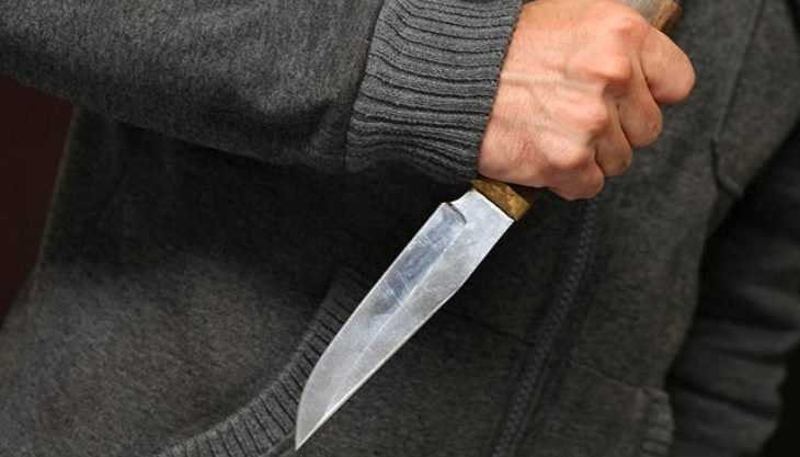 В Брянске 35-летний продавец киоска напал с ножом на прохожего