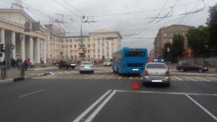 В центре Брянска женщина на Hyundai врезалась в автобус № 27