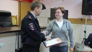 Жительницу Брянска наградили за помощь в задержании воров