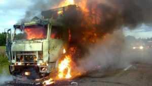 Под Брянском на трассе «Украина» сгорел прицеп грузовика