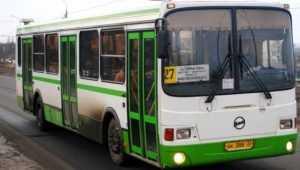 В брянском автобусе 61-летняя пассажирка упала и сломала палец