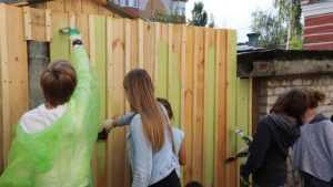 В Клинцах на «Фестивале Тома Сойера» молодежь стала красить заборы