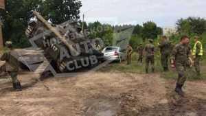 В Брянской области военные уронили БМП на легковую машину