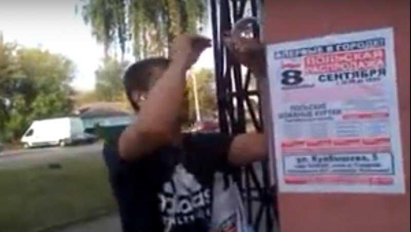 Житель Брянска снял видео об угрозах расклейщика объявлений