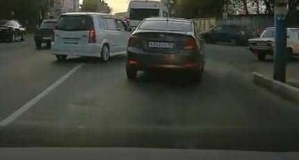 В Брянске сняли видео об опасном маневре водителя «Мазды» у переезда