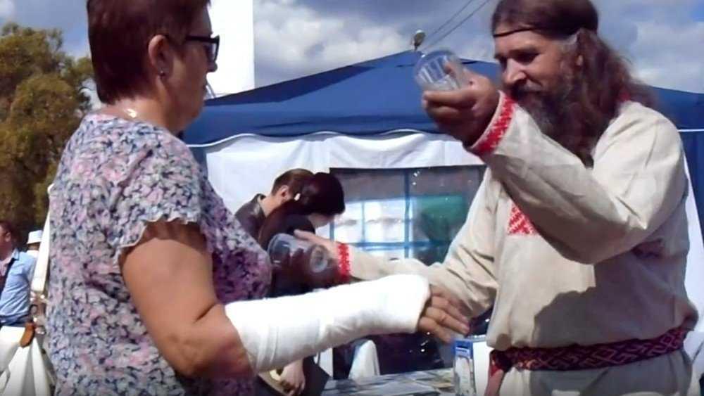Брянский кудесник стал лечить переломы волшебными стаканами