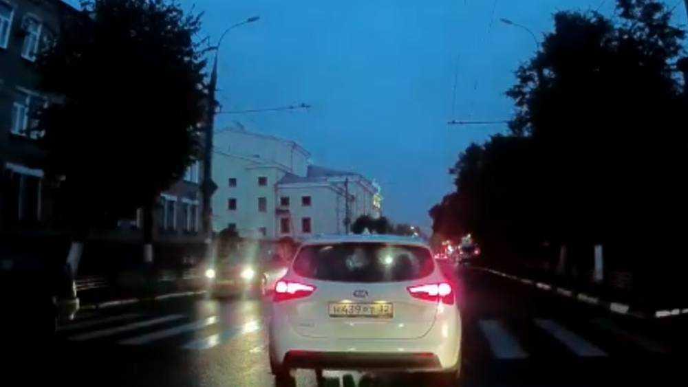 В Брянске возле ЦУМа на «зебре» легковушка сбила парня